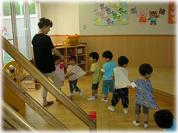 毎週1回、コダーイシステムによる「わらべうた」を使った音楽教育プログラム